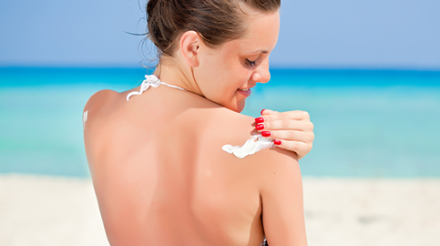 Mulher passando o protetor solar (foto: Reprodução/Blog pró-corpo