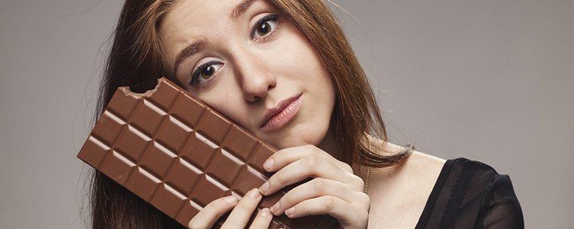 Por que as mulheres têm vontade de comer doce na TPM?